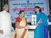 यशवंतराव चव्हाण मुक्ताविद्यापिठाचा  रुक्मिणी पुरस्कार डॉ. सीमा साखरे ह्यांच्या  हस्ते स्वीकारतांना अरुणा सबाने
