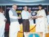 अखिल भारतीय मराठी साहित्य संमेलनाचे अध्यक्ष अरुण साधू ह्यांच्या हस्ते सामाजिक कार्यासाठी कस्तुरबा पुरस्कार स्वीकारतांना